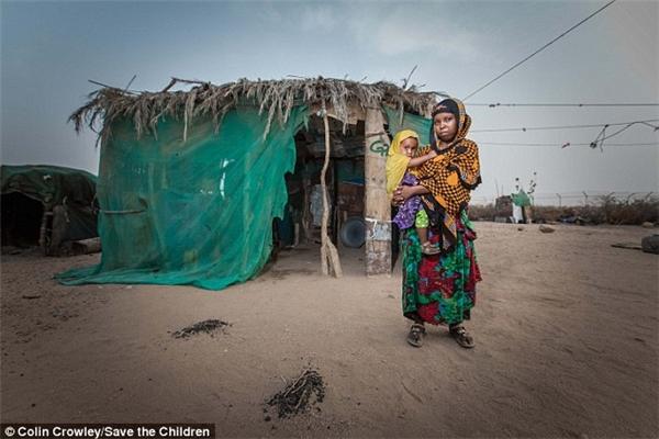 Cô gái khắc khổ đang bế trên tay đứa con 2tuổi này là Aisha ở Somalia. Em bị ép kết hôn khi chỉ 13 tuổi. Nhưng vì thường xuyên bị chồng hành hạ và đánh đập, Aisha đãbỏ trốn, cùng con gái Rayan quay về sống với gia đình.