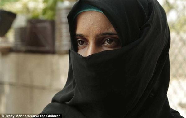 """Tasim, 16 tuổi, sinh ra ở Syria. Cô hiện đang sống cùng chồng ở Lebanon. Tasim cho biết: """"Bố em sắp xếp cuộc hôn nhân với một người đồng hương. Và khi đang làm bài thi ở trường, em phải chụp ảnh gửi cho chồng tương lai, sau đó tới Lebanon cùng bố mẹ để làm lễ đính hồn, rồi sau đó họ bỏ về Syria""""."""