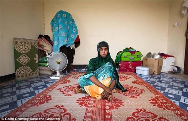 Hay Hhalima (17 tuổi), một cô bé đáng thương với ước mơ được đến trường. Em bị ép kết hôn khi chỉ mới 15 tuổi, nhưng thường xuyên phải chạy trốn vì những trận đánh đập tàn bạo của chồng.