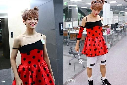 """Diện váy chấm bi đỏ nhưng vẫn mặc quần short nam và đi giày thể thao, nam ca sĩ của nhóm BTS biến mình thành """"thảm họa"""" giả gái. Đúng kiểu """"Anh đây không ngại"""" mà."""