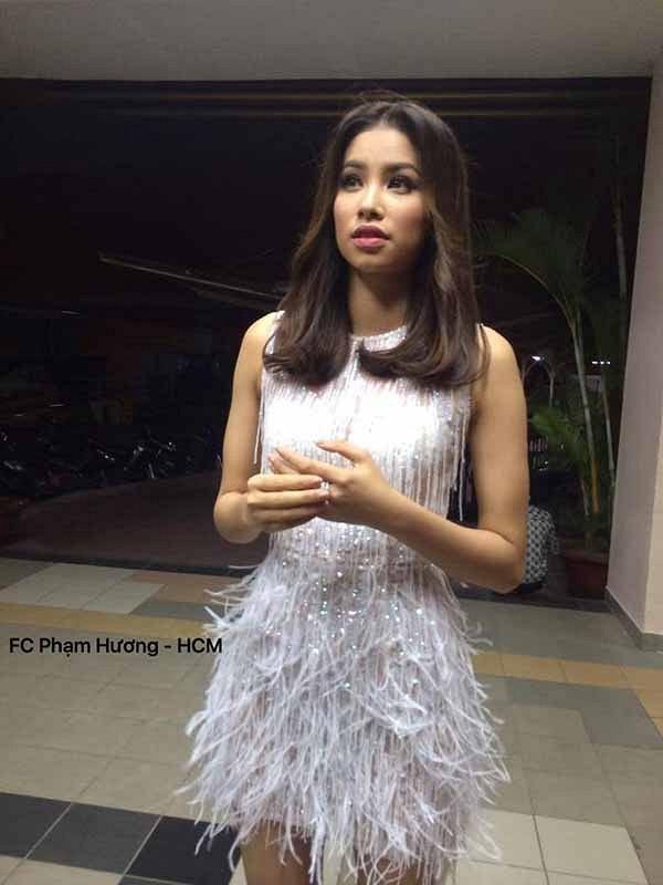 Trong hai buổi ghi hình cho một chương trình giải trí, Hoa hậu Hoàn vũ Việt Nam 2015 cũng khiến khán giả, người hâm mộ xao xuyến với vẻ ngoài lung linh, quyến rũ, cuốn hút. Các bức ảnh dù không đủ ánh sáng, không rõ ràng từng đường nét nhưng vẫn cho thấy chủ thể vô cùng nổi bật.