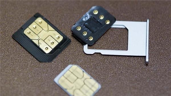 Miếng SIM ghép thường dùng trong iPhone bản lock. (Ảnh: internet)