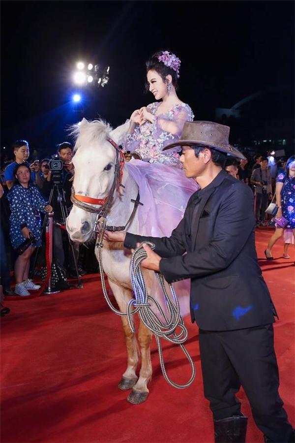 Muôn vàn chiêu trò gây chú ý của Angela Phương Trinh trên thảm đỏ