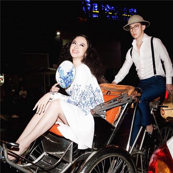 Trước đó, khi tham dự show diễn cá nhân đầu tiên của nhà thiết kế Lê Thanh Hòa, Angela Phương Trinh cũng trở thành tâm điểm trên mặt báo khi đi xích lô đến sự kiện. Dù diện trang phục có phần đơn giản nhưng cách làm tóc, trang điểm của Phương Trinh vô cùng nổi bật, ấn tượng.