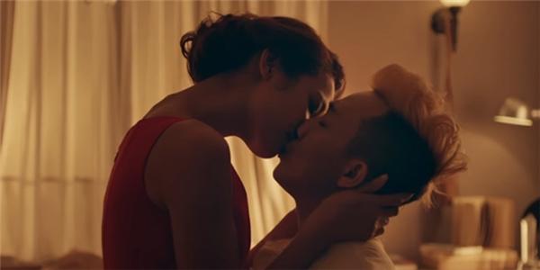 """Chờ em đến ngày mai là bộ phim đầu tay Lilly Nguyễn nhận lời tham gia sau nhiều năm gây dấu ấn với vai trò người mẫu quảng cáo và đạt được thành công nhất định khi tham gia The Face 2016. Ngay trong lần đầu tiên chạm ngõ, """"học trò""""Hà Hồ đã khổ sở với nụ hôn cùng Trấn Thành.Cô cho biết: """"Cảnh đó quay hơn 10 lần mới hoàn thành nhưng chắc do bị ám ảnh quá nên tôi nghĩ đã phải diễn rất nhiều. Thật may khi xem trailer thì cảnh ấy ổn nhưng tôi chỉ xem 1 lần thôi chứ không có lần 2 đâu"""". - Tin sao Viet - Tin tuc sao Viet - Scandal sao Viet - Tin tuc cua Sao - Tin cua Sao"""
