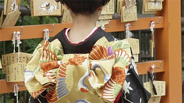 Người Nhật cho rằng, chiếc gáy chính là điểm thu hút ánh nhìn của cánh mày râu.
