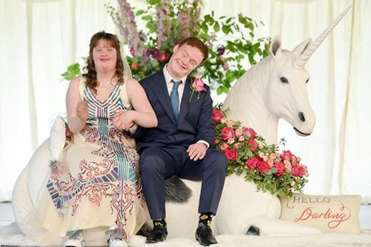 Đám cưới của họ được trang hoàng bằng những màu sắc tươi sáng, lãng mạn, cùng với thiết kế về quầy chụp ảnh kỉ niệm và tượng chú ngựa trắng 1 sừng như trong truyền thuyết.