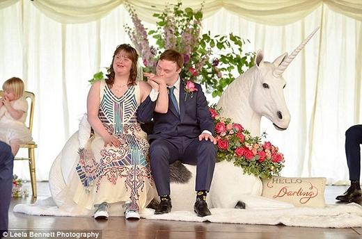 """Cô dâu đã mặc một bộ váy trắng có thêu hình hoa tử đinh hương cùng một tấm voan cài đầu. Joe đã xúc động cho biết rằng: """"Phần chúng tôi thích nhất trong buổi lễ là lúc nói: Em đồng ý, sau đó trao nhẫn cho nhau và cùng nhau nhảy múa""""."""