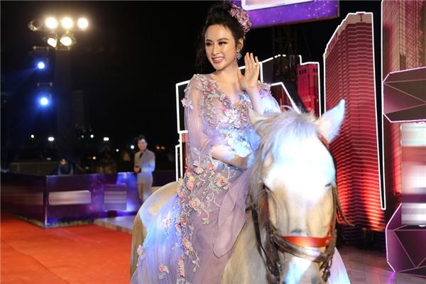 Angela Phương Trinh cưỡi ngựa, Phạm Hương đi xe mới tậu đến thảm đỏ - Tin sao Viet - Tin tuc sao Viet - Scandal sao Viet - Tin tuc cua Sao - Tin cua Sao