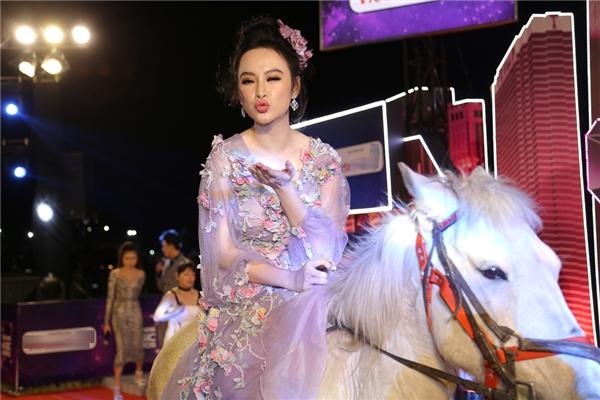 """Được biết, """"bà mẹ nhí"""" từng làm quen với việc cưỡi ngựa trong thời gian quay Sứ mệnh trái timnên cô không gặp khó khăn. - Tin sao Viet - Tin tuc sao Viet - Scandal sao Viet - Tin tuc cua Sao - Tin cua Sao"""