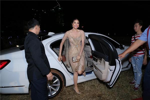 Một mỹ nhân khác cũng thu hút sự chú ý của truyền thông vào tối qua đó là Hoa hậu Hoàn vũ Việt Nam 2015 -Phạm Hương. Người đẹp rạng rỡ bước xuống chiếc xe mà cô vừa mới tậu. Được biết, giá trị của chiếc xe tầm khoảng 2 tỷ. - Tin sao Viet - Tin tuc sao Viet - Scandal sao Viet - Tin tuc cua Sao - Tin cua Sao
