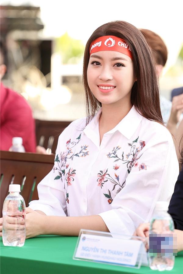 Tại TP.HCM, Hoa hậu Mỹ Linh cùng các bạn sinh viên của Đại học Văn Hiến đã có một buổi sáng vô cùng ý nghĩa khi chung tay mang đến lợi ích cho cộng đồng. Người đẹp sinh năm 1996 ăn mặc giản dị đến tham gia hoạt động thiện nguyện này.