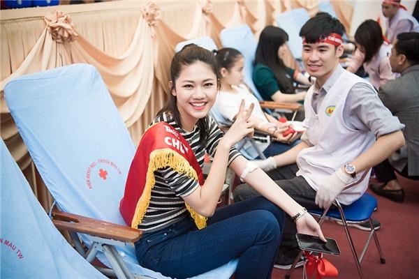 Sau khi hiến máu, Thanh Tú cảm thấy phấn chấn vô cùng, cô còn tạo dáng chụp hình với y sĩ và Hoa hậu Ngọc Hân.