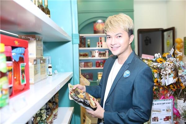 Có mặt trong sự kiện, Nam Cường đã tranh thủ mua sắm nhiều thực phẩm tốt nhất để về tẩm bổ cho bà xã Phương Thảo. - Tin sao Viet - Tin tuc sao Viet - Scandal sao Viet - Tin tuc cua Sao - Tin cua Sao