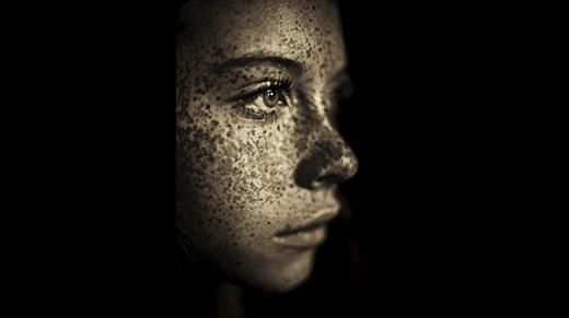 """""""Nàng thơ"""" độc đáo của nhiếp ảnh gia Fritz Liedtke.Cô nàng còn gây chú ý với người đối diện bằng đôi mắt nâu huyền ảo."""