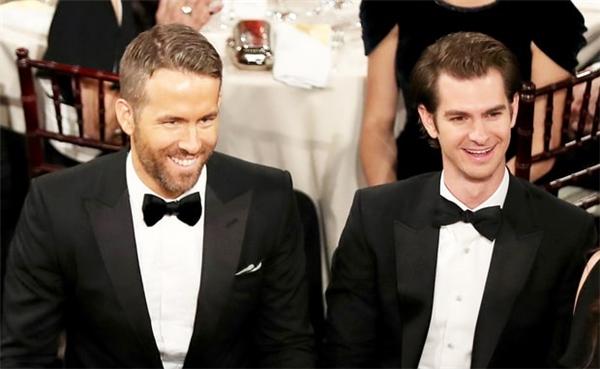 Ryan Reynolds và Andrew Garfield, hai trai đẹp cùng để thua trong đêm trao giải, ngồi cạnh nhau trong cùng một bàn.
