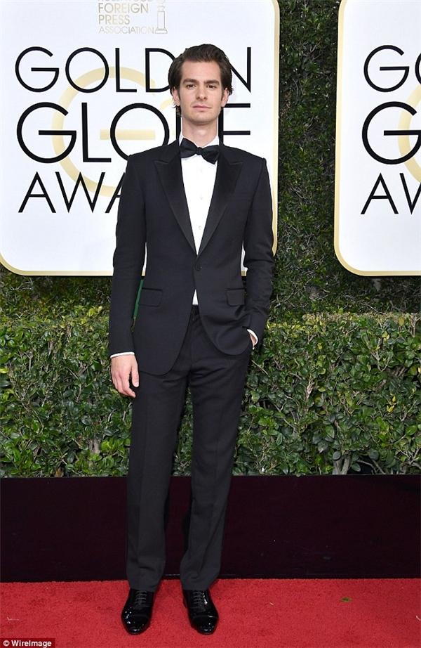 Một đêm có quá nhiều cảm xúc đối với Andrew Garfield, anh thậm chí còn đứng lên vỗ tay khi bạn gái cũ Emma Stone lên bục nhận giải thưởng.