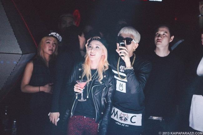 Trong bữa tiệc của Jay Park tổ chức cho các nghệ sĩ của công ty giải trí AOMG, G-Dragon và Dara không rời nhau nửa bước.
