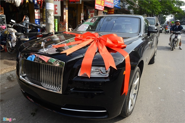 Đến đón dâu về Hà Nội, chú rể sử dụng xe hoa Maybach thuộc dòng xe siêu sang hiện dừng sản xuất. Chiếc Rolls-Royce đắt giá này là quà cưới của chú rể Doãn Phương dành cho cô dâu Thu Ngân. Được biết, chiếc xe này có giá hơn 30 tỷ, một con số không hề nhỏ. (Ảnh: Zing.vn)