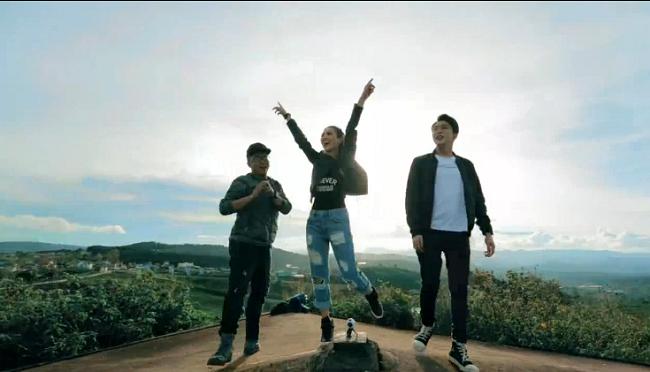 Đội 1 hào hứng trên đồi chè Cầu Đất.