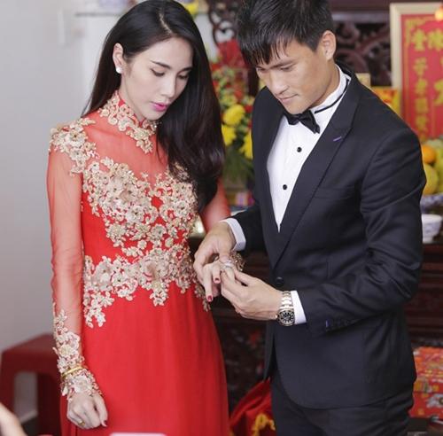 """Mặc dù đã đăng ký kết hôn và làm lễ ăn hỏivào tháng 3/2011 nhưng mãi đến 3 năm sau vợ chồng Thủy Tiên mới quyết địnhđám cưới sau khi chào đón một cô """"công chúa"""". Cả hai chọntổ chức hôn lễ vào ngày (28/12/2014) bởi đây là ngày vô cùng ý nghĩa đối với Công Vinh. Ngày (28/12) của 6 năm về trước là ngày tiền đạo này ghi bàn quyết định giúp tuyển Việt Nam vô địch AFF Cup 2008. - Tin sao Viet - Tin tuc sao Viet - Scandal sao Viet - Tin tuc cua Sao - Tin cua Sao"""