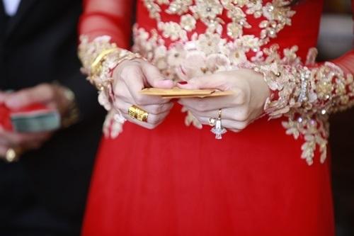 Trong lễ cưới, Công Vinhtặng cô dâuThủy Tiên chiếc nhẫn kim cươngcó giá trị khoảng 50.000 USD (hơn 1 tỉ đồng). - Tin sao Viet - Tin tuc sao Viet - Scandal sao Viet - Tin tuc cua Sao - Tin cua Sao