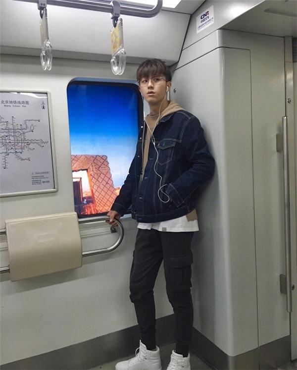 """Lại thêm """"trai đẹp tàu điện ngầm"""" """"đánh cắp"""" trái tim chị em phụ nữ"""