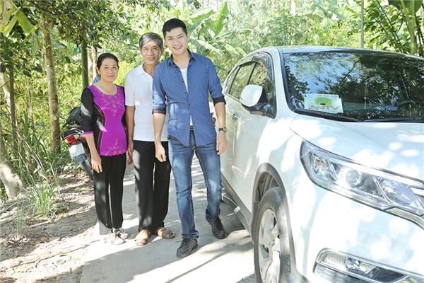 Minh Luân lái xế hộp đưa cha mẹ đi làm từ thiện - Tin sao Viet - Tin tuc sao Viet - Scandal sao Viet - Tin tuc cua Sao - Tin cua Sao