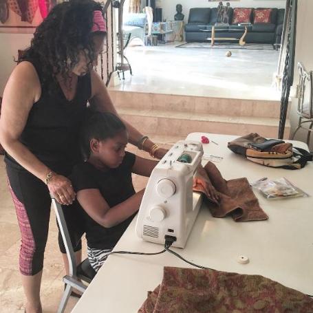 """Một tuần đã trôi qua, Khloe đã may được mấy cái túi, lúc này cô bé mới nói với mẹ nguyên nhân làm những việc này. Khloe nói với mẹ: """"Con muốn mua kem đánh răng và đồ dùng sinh hoạt đặt trong những chiếc túi vải để tặng cho những người vô gia cư."""""""