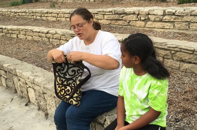 Khloechia sẻ những đồ dùng trong sinh hoạt hàng ngày với người vô gia cư.