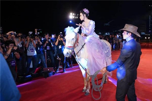 Sau việc cưỡi ngựa, Angela Phương Trinh bị soi đi giày như cà kheo