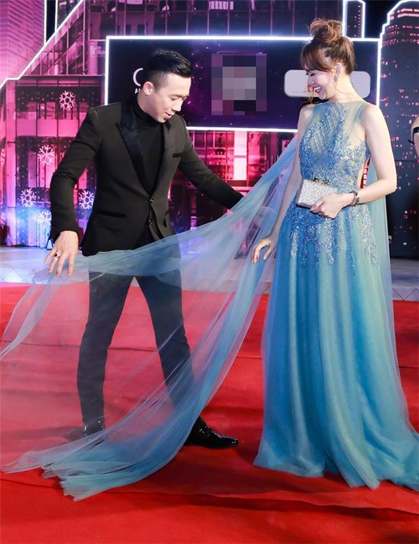 Trấn Thành đùa vui trên trang cá nhân do bộ váy quá cầu kì nên anh phải liên tục chỉnh váy cho vợ trên thảm đỏ.