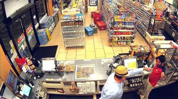 Đoạn clip này được ghi lại ở một cửa hàng tiện lợi tại bang California, Mỹ.
