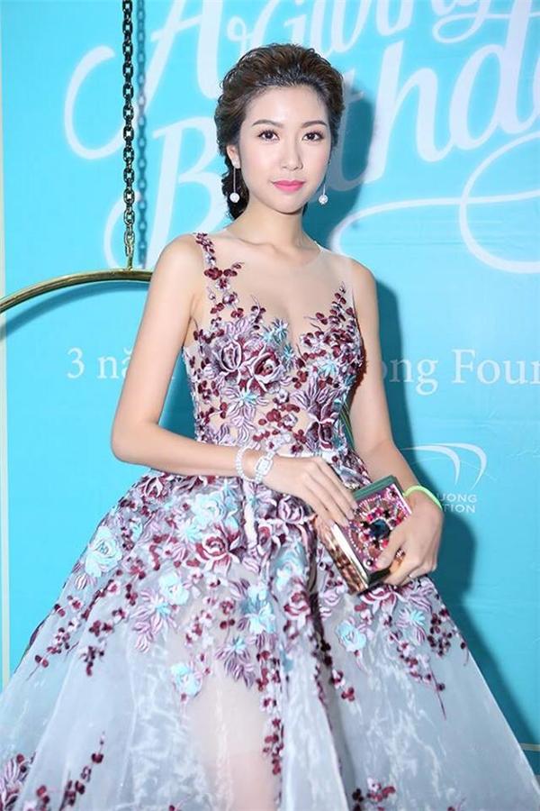 Thúy Vân ngọt ngào, điệu đà nhưng không kém phần quyến rũ, gợi cảm với phom váy xòe xuyên thấu kết hợp chi tiết ren đính kết kì công của Lê Thanh Hòa trong một đêm tiệc.
