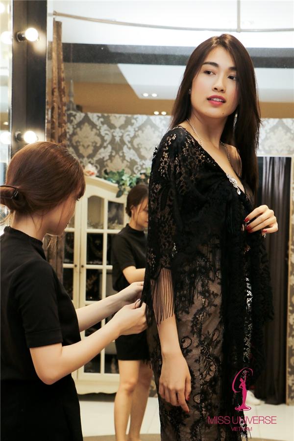Trong phần thi National Costume - Trang phục truyền thống, Lệ Hằng sẽ mặc 2 mẫu thiết kế xuất sắc nhất được chọn từ cuộc thi Thiết kế quốc phục Miss Universe 2016do đơn vị nắm bản quyền tổ chức trong suốt những tháng qua. Trang phục dạ hội chính thức của Lệ Hằng sẽ do nhà thiết kế Chung Thanh Phong đảm nhận. Ngoài ra, cô còn nhận được sự giúp đỡ của nhiều tên tuổi trong làng mốt Việt như: Anh Thư Joli Poli, Lâm Gia Khang, Kim Khanh, Huy Trần, Lê Thanh Hòa, Đặng Hải Yến…