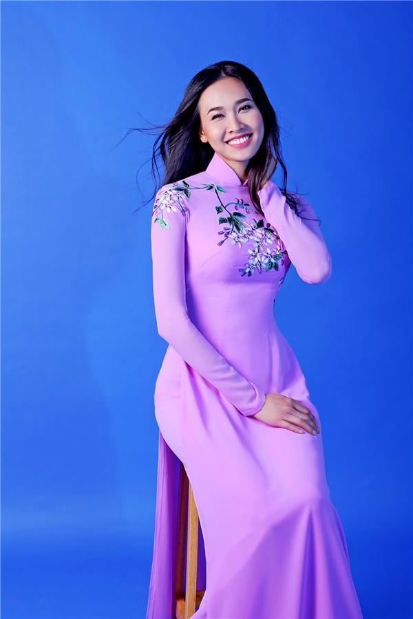 Hoa hậu Phụ nữ Việt Nam qua ảnh 2005 -Dương Mỹ Linh - Tháng 8 với hoa xoan.