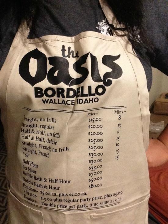 Một chiếc tạp dề có in cụ thể bảng giá phục vụ ở Oasis Rooms.