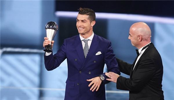 Ronaldo nhận được danh hiệu Cầu thủ xuất sắc nhất năm 2016 của FIFA. (Ảnh: internet)