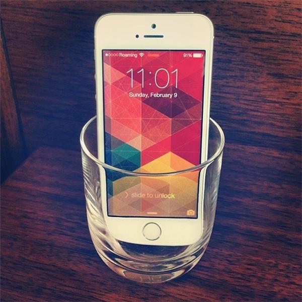 Cách khuếch đại âm thanh cho điện thoại: Chỉ cần đặt điện thoại vào một chiếc ly hoặc tô, âm thanh sẽ lớn hơn trước rất nhiều lần.