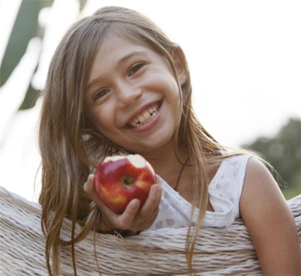 Khử mùi hôi trong miệng: Nếu bạn đi chơi xa mà quên mang theo kem hay bàn chải đánh răng, bạn có thể chữa cháy bằng cách ăn một quả táo, nó sẽ giúp loại bỏ mùi hôi trong miệng ngay lập tức.