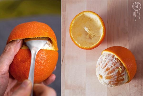 Sau khi cắt xong, dùng một chiếc muỗng để nạy phần vỏ có cuống lên, chú ý đừng làm thủng lỗ nào nhé. Sau khi nạy xong bạn sẽ nhìn thấy bên trong có một chiếc cuống dài màu trắng, nó sẽ đóng vai trò là bấc nến.