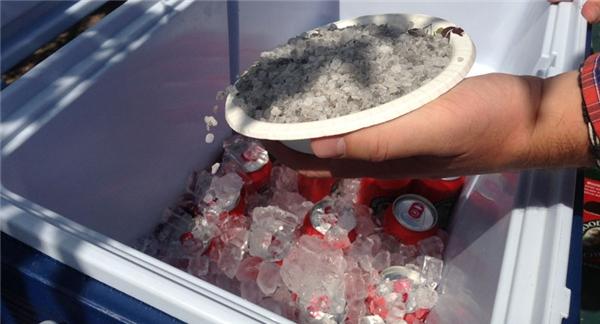 Làm sao để đá trong thùng lâu tan: Chỉ cần rưới muối hột vào thùng, đá sẽ lâu tan hơn bình thường rất nhiều.
