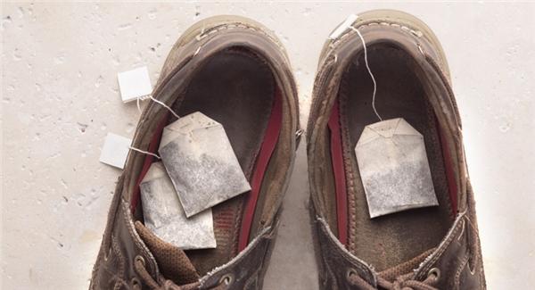 Cách loại bỏ mùi hôi cho giày: Đặt vào bên trong giày vài gói trà túi lọc khô, chúng sẽ hút hết mùi hôi. Nếu giày vừa hôi vừa ẩm ướt, chỉ cần trộn gạo và baking soda rồi đổ vào giày, rồi để yên một thời gian là xong.