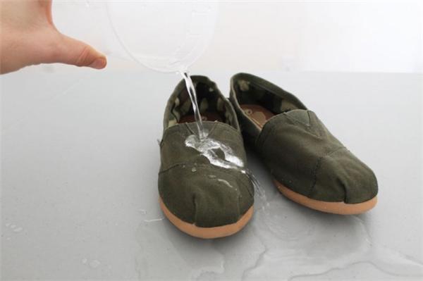 Bây giờ bạn đã có ngay một đôi giày không thấm nước rồi đó. Nếu muốn mang ngay sau khi sấy thì phải đợi khoảng 5 phút.