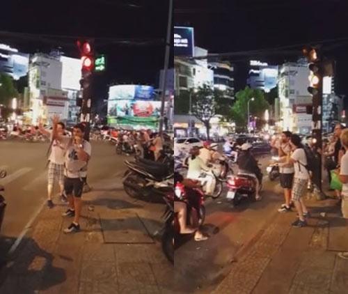 """Hai anh Tây """"rảnh rỗi"""" điều tiết giao thông Sài Gòn. (Ảnh cắt từ clip)"""
