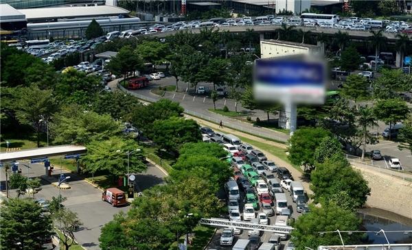 """Hàng ngàn phương tiện xếp hàng """"rồng rắn"""" trước cửa ngõ vào sân bay Tân Sơn Nhất. (Ảnh: Zing)"""
