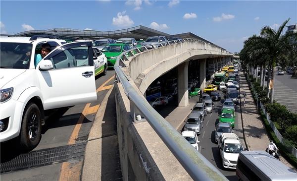 Ô tô chen chúc ở đường trên và dưới từ cổng sân bay đến trước ga quốc nội. (Ảnh: Zing)