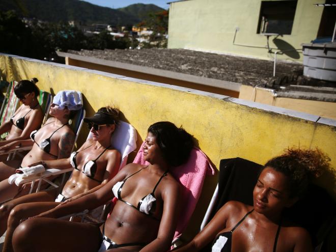 Chị em Brazil diện mẫu bikini làm từ băng dính độc đáo. (Ảnh:Reuters)