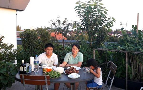 Gia đình ăn uống trong sân vườn.(Ảnh: Internet)