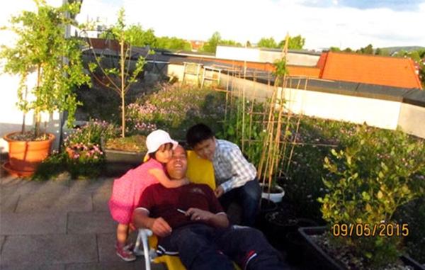 Ba bố con cùng vui đùa ở sân thượng. (Ảnh: Internet)